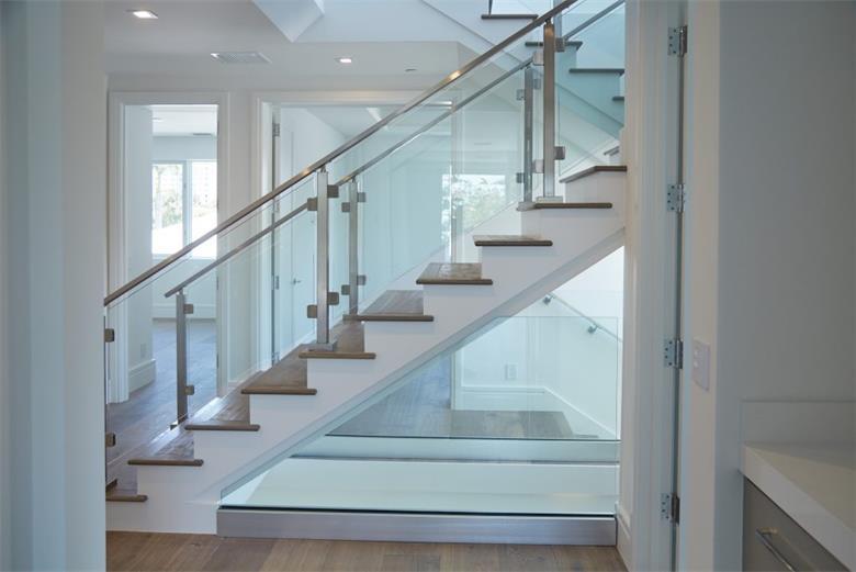 Irregular shape glass for railing